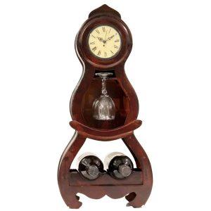 מעמד שולחני מפואר לבקבוקי יין עם שעון. עשוי עץ, עם מקום ל 2 בקבוקי יין ו 2 כוסות.