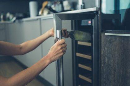 מקרר יין אינטגרלי – פתרון פונקנציונאלי מצויין למטבח שלך